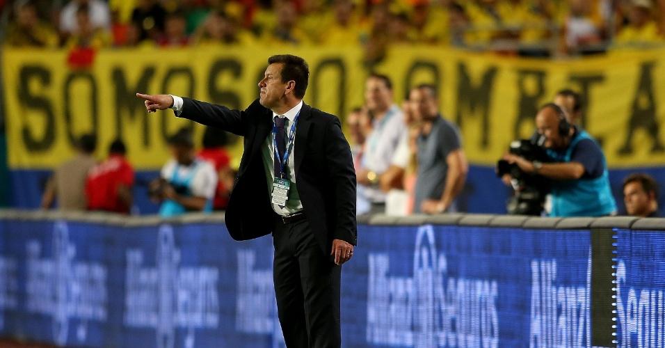 Dunga orienta o Brasil em sua reestreia pela seleção