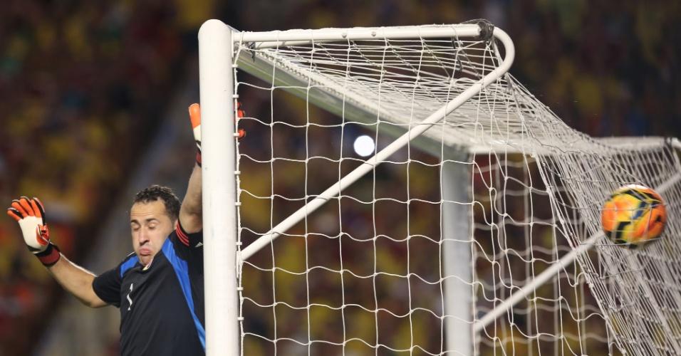 Goleiro Ospina só pode fazer careta após o chute de Neymar