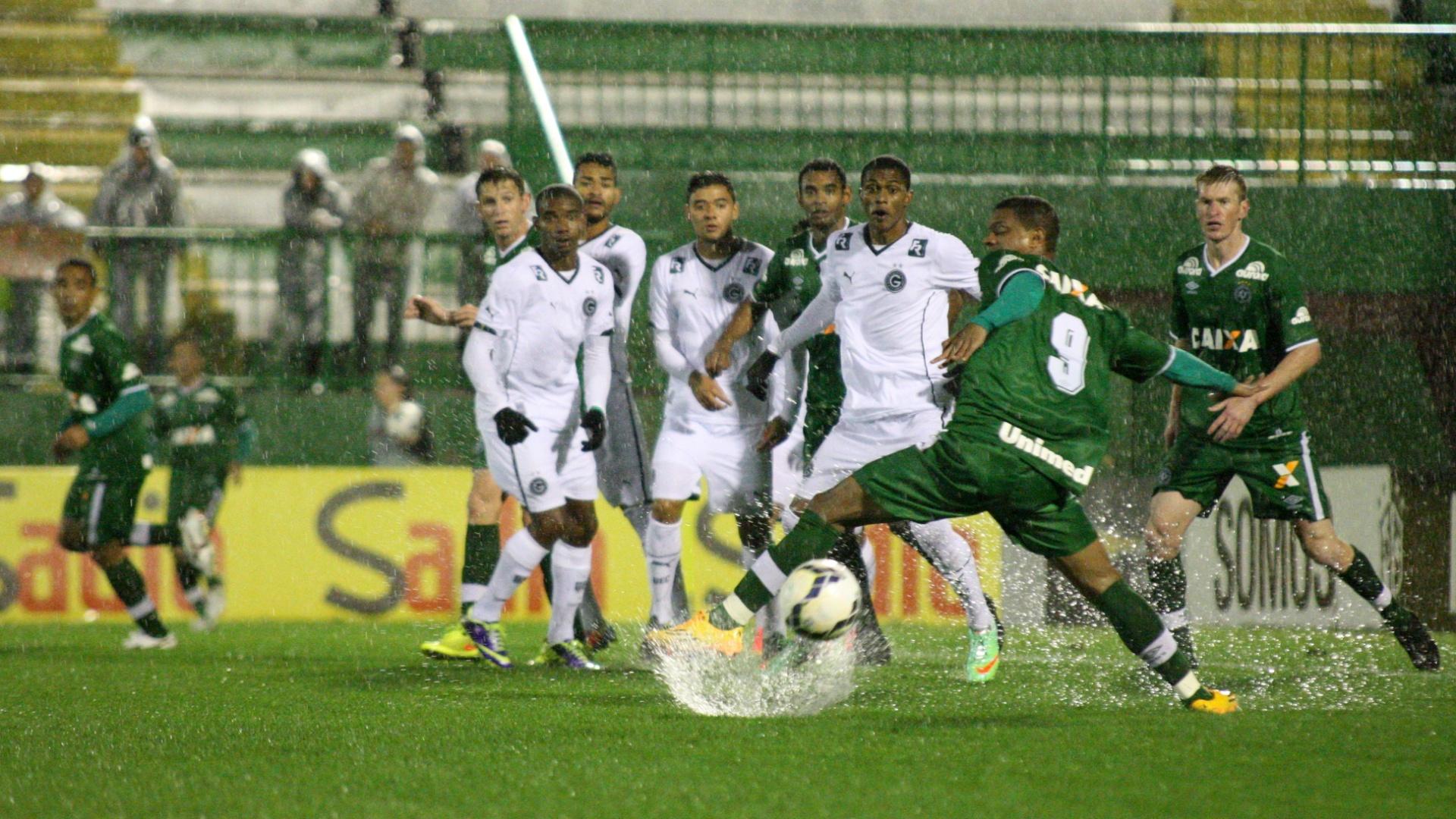 Jogadores de Goiás e Chapecoense sofrem com gramado molhado no Brasileirão