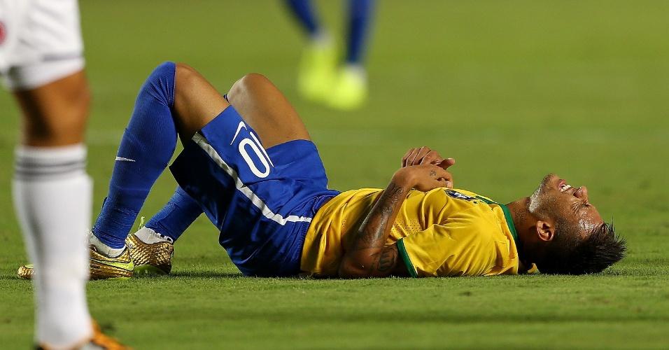Neymar cai sentindo dores durante o jogo contra a Colômbia