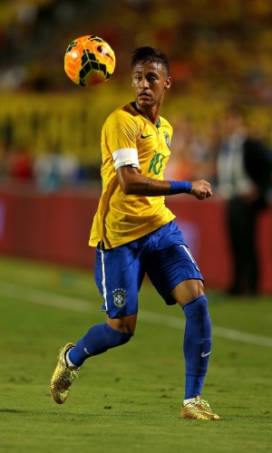Neymar conduz a bola contra a Colômbia