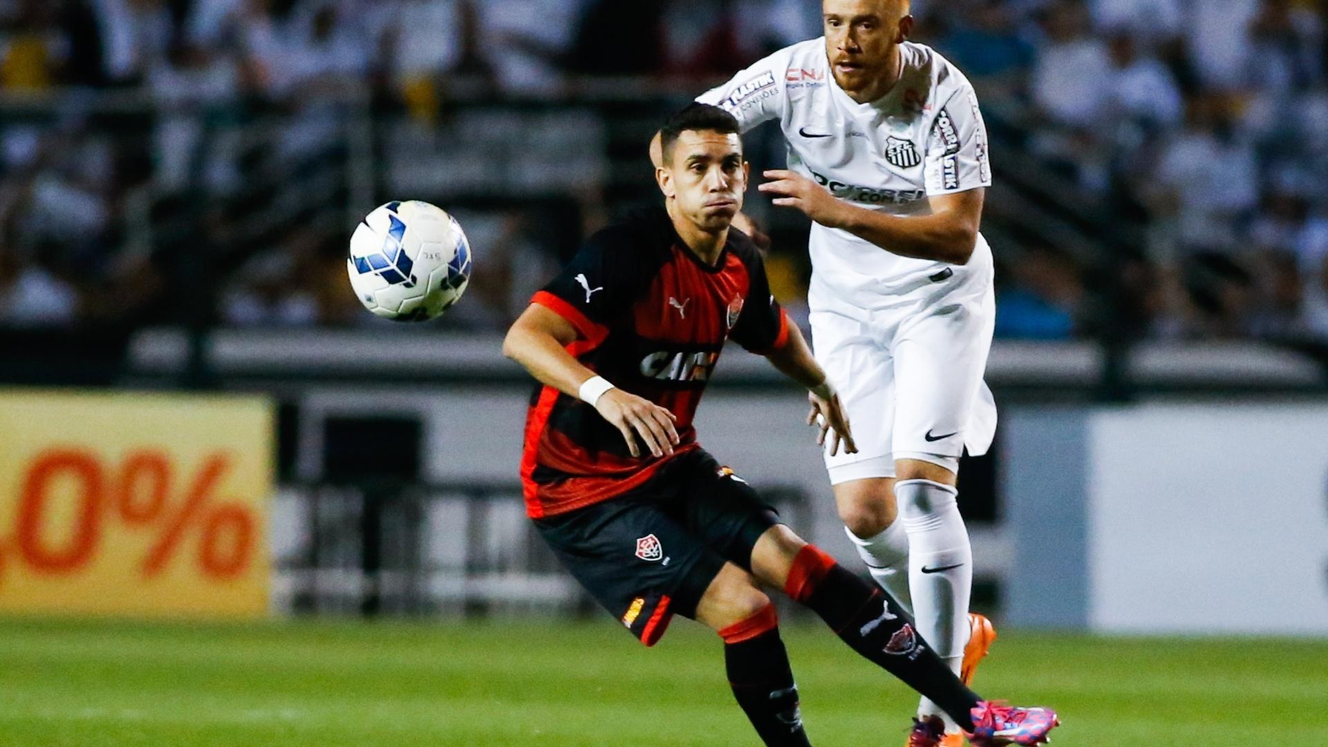 Souza bate para o gol na partida entre Santos e Vitória pelo Brasileirão