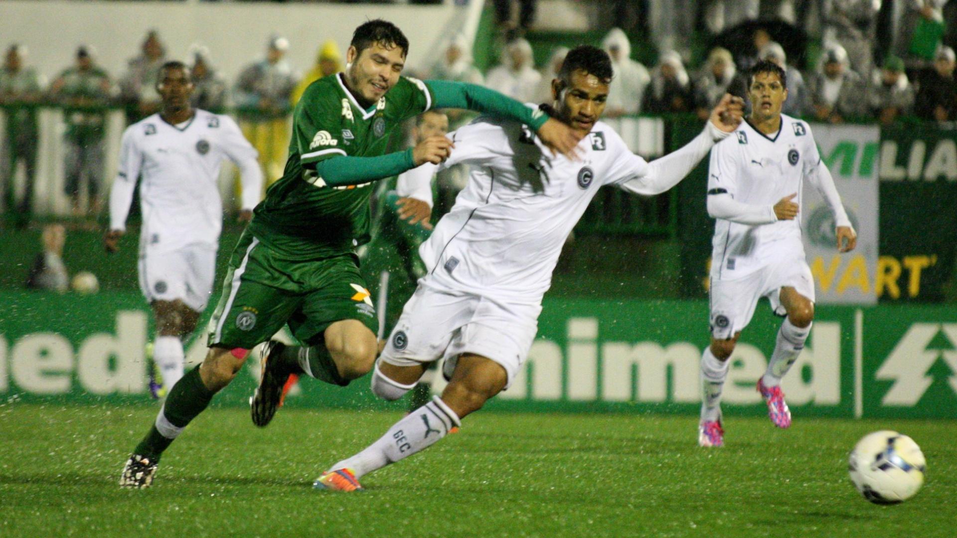 Zezinho e Jackson disputam bola na partida entre Goiás e Chapecoense, pelo Campeonato Brasileiro