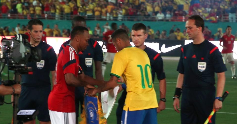 Zuñiga e Neymar se cumprimentam antes do amistoso entre Brasil x Colômbia