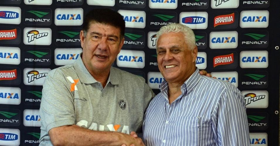 07.set.2014 - Joel Santana cumprimenta o presidente Roberto Dinamite em seu retorno ao Vasco