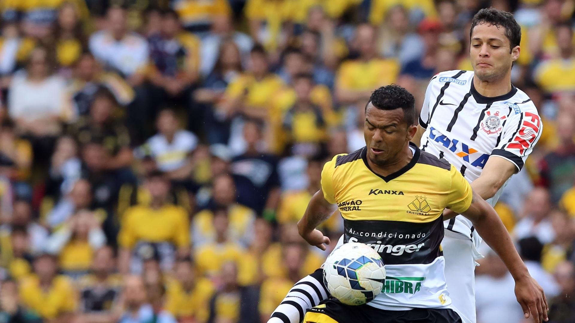 7.9.14 - Anderson Martins disputa bola na partida entre Corinthians e Criciúma, pelo Brasileirão