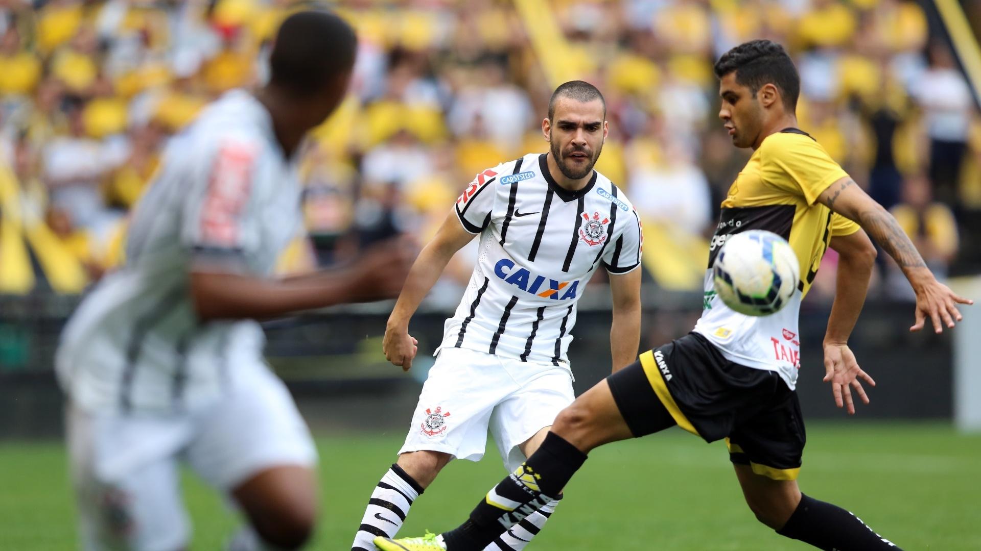 7.9.14 - Corinthians tenta furar a marcação do Criciúma, pelo Brasileirão