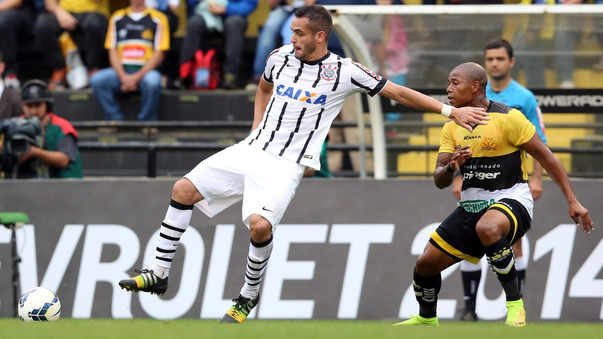 7.9.14 - Renato Augusto domina bola na partida entre Corinthians e Criciúma, pelo Brasileirão