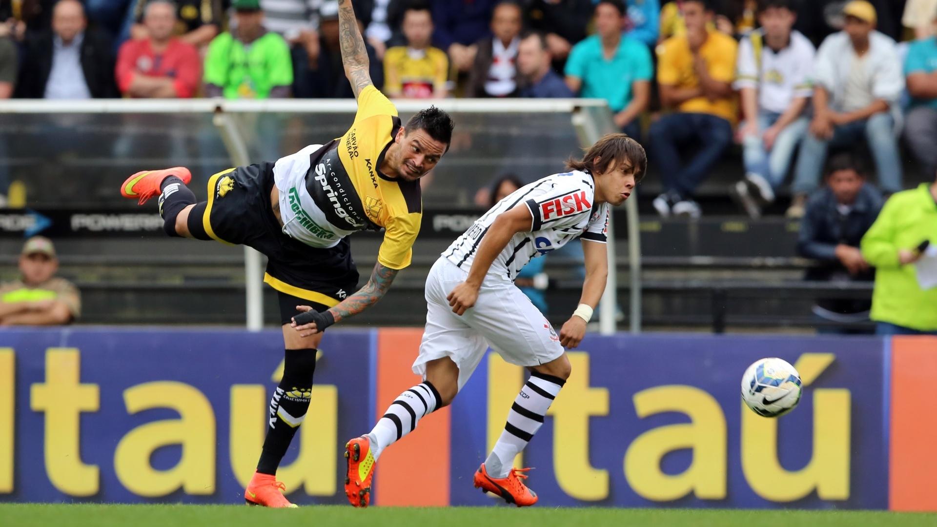 7.9.14 - Romero disputa bola na partida entre Corinthians e Criciúma, pelo Brasileirão
