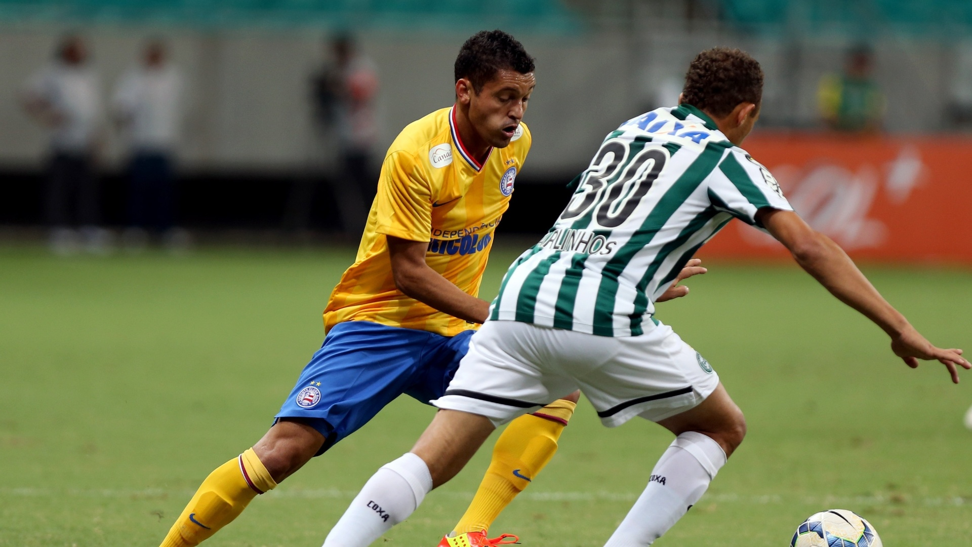 Carlinhos tenta driblar Diego Macedo na partida entre Bahia e Coritiba