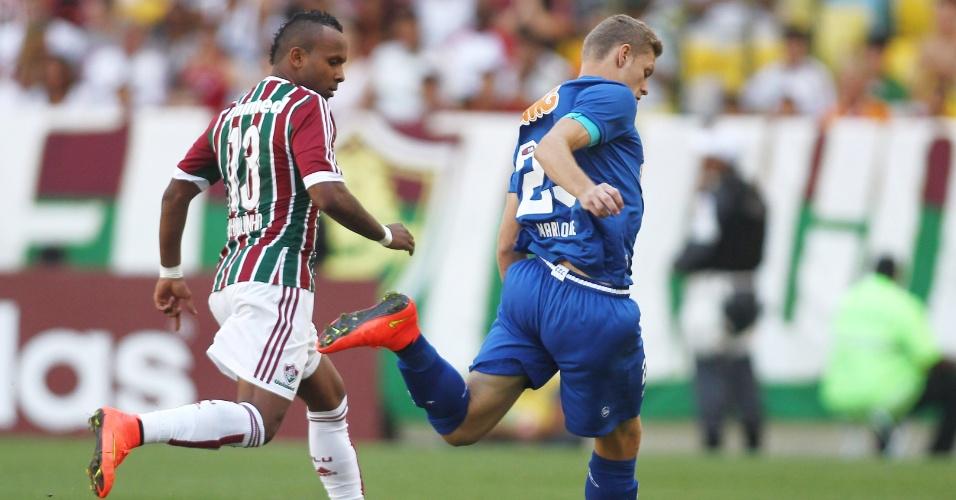 Chiquinho tenta roubar bola de Marlone na partida entre Fluminense e Cruzeiro