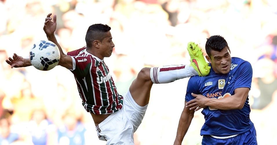 Cícero levanta demais o pé em disputa com Samudio na partida entre Flu e Cruzeiro