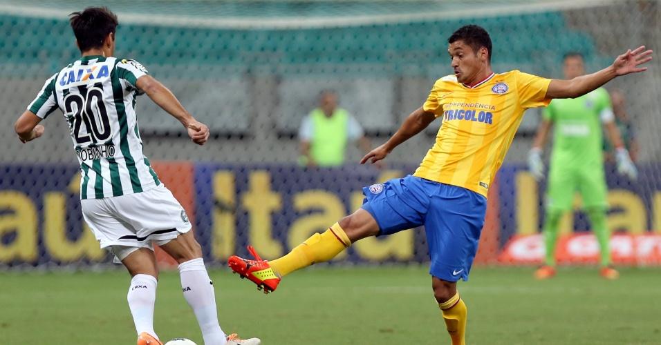 Diego Macedo tenta roubar a bola para o Bahia no jogo do Coritiba pelo Brasileirão