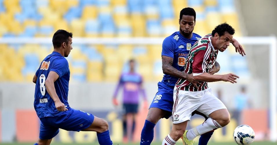 Fred tenta escapar da marcação de Dedé na partida entre Fluminense e Cruzeiro