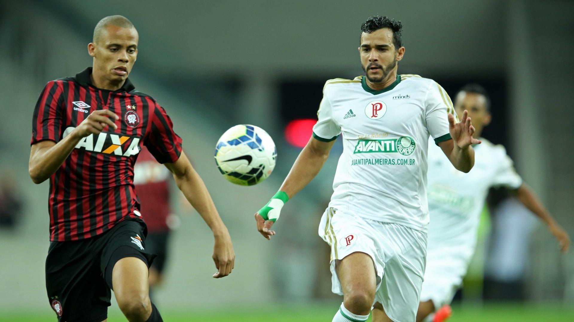 Henrique disputa a bola com jogador do Atlético-PR em partida do Palmeiras pelo Brasileirão