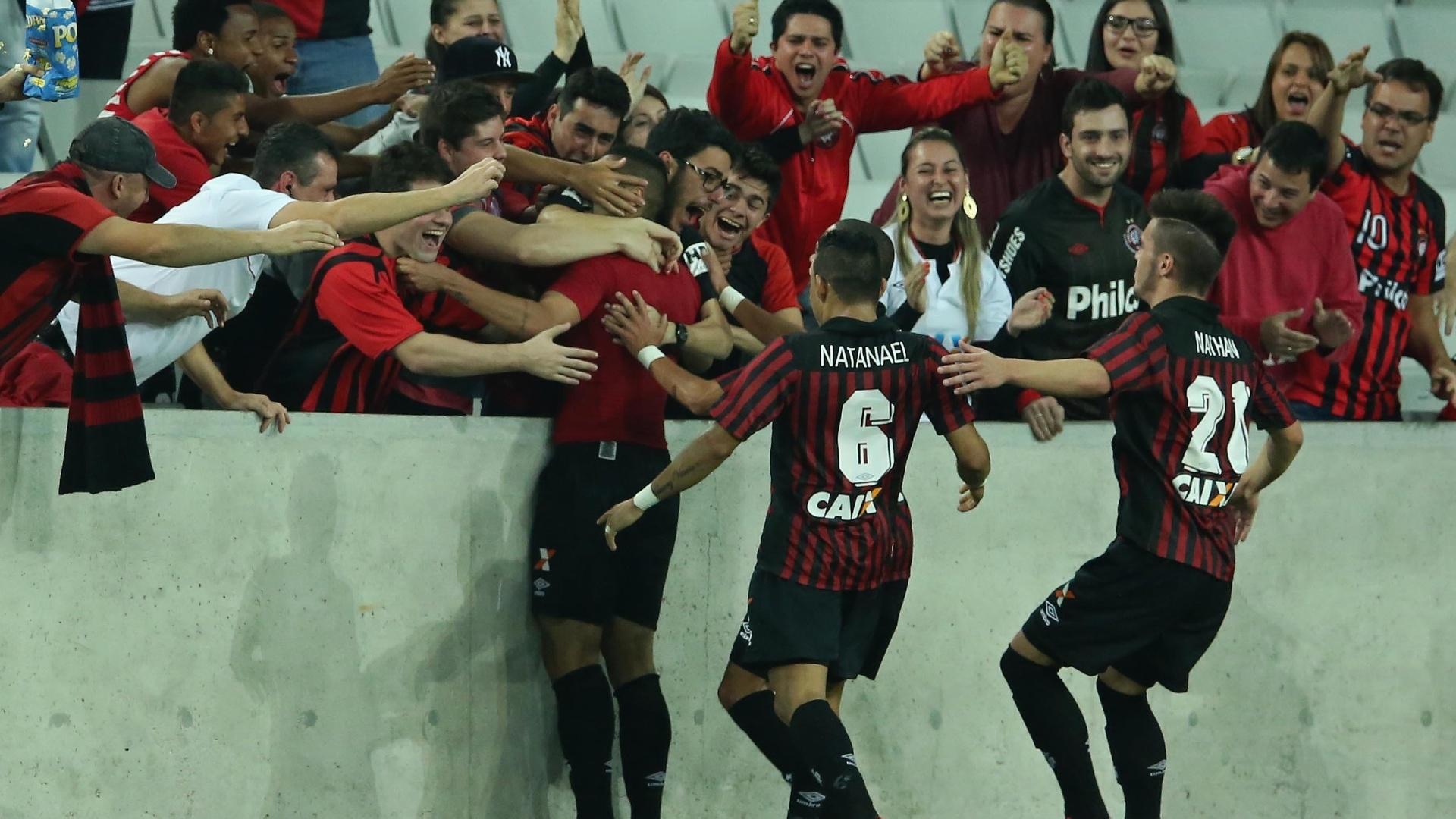 Jogadores do Atlético-PR comemoram gol contra o Palmeiras pelo Brasileirão