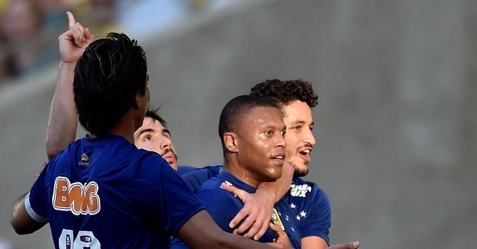 Jogadores do Cruzeiro comemoram gol contra o Fluminense pelo Brasileirão
