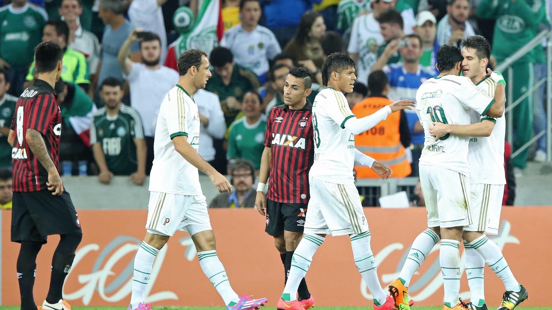 Jogadores do Palmeiras comemoram gol de Henrique contra o Atlético-PR