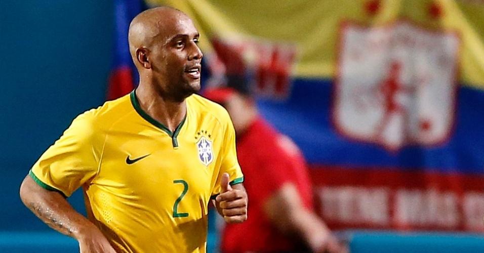 Maicon, lateral da seleção brasileira que foi cortado dois dias depois, comemora com Neymar na partida contra a Colômbia, que marcou a reestreia de Dunga