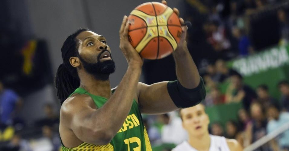 Nenê cobra lance-livre no duelo do Brasil com a Sérvia na fase de grupos do Mundial