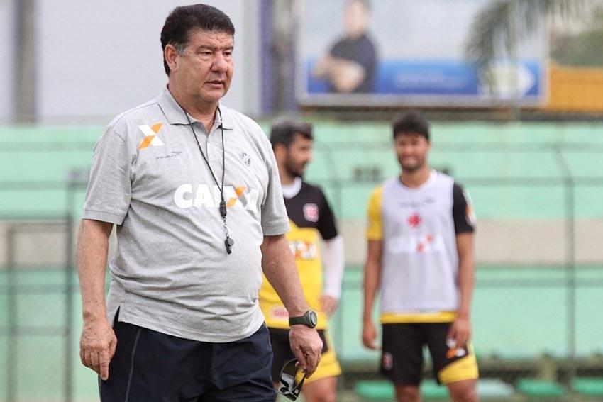 O técnico comanda treinamento do Vasco no Centro de Futebol Zico (CFZ)