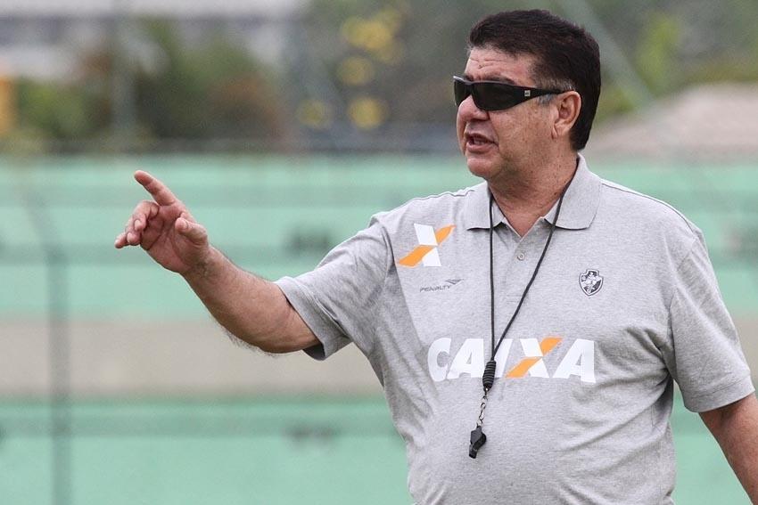 O técnico Joel Santana orienta os jogadores durante treinamento do Vasco da Gama
