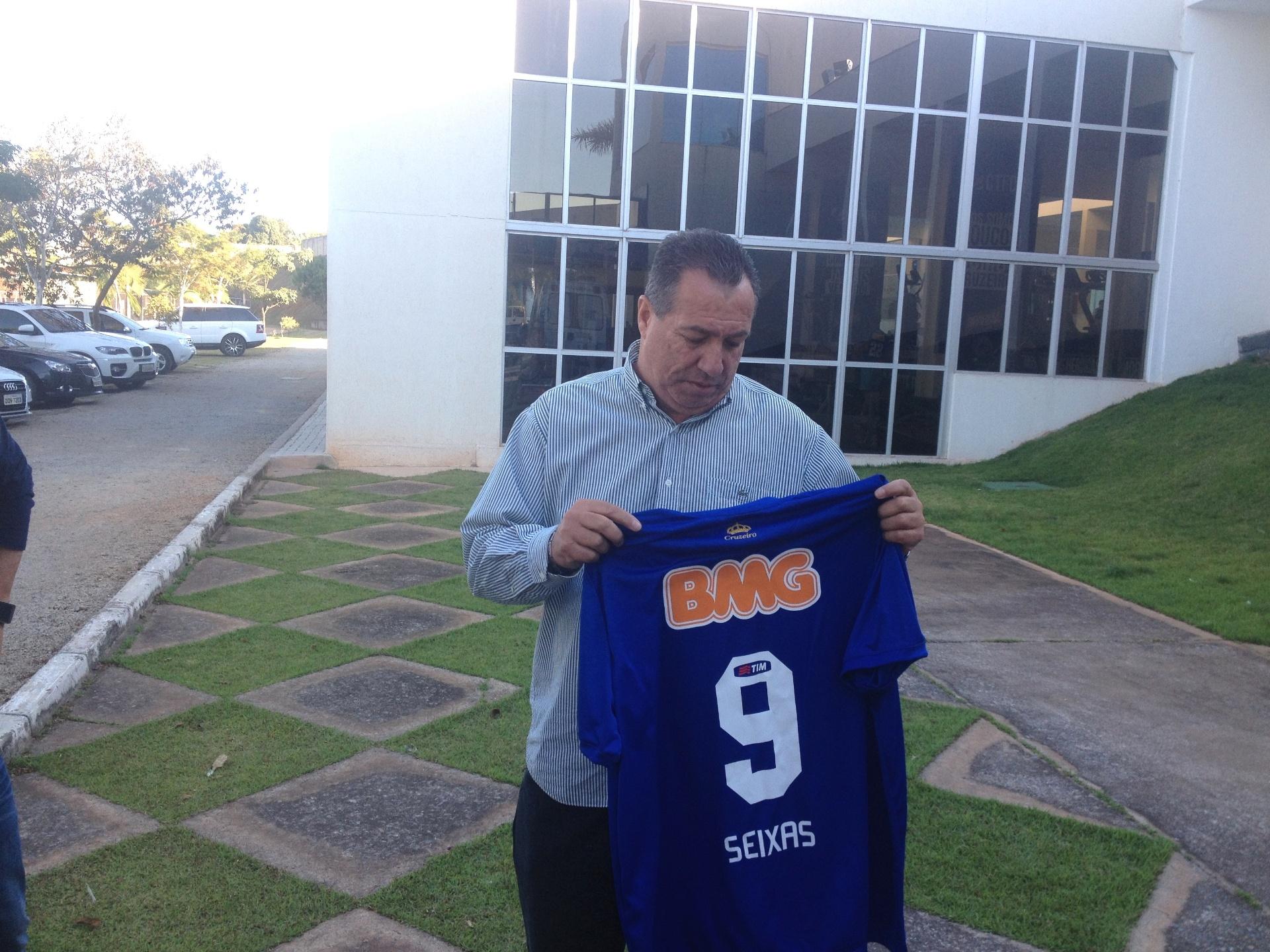 c51921d7de Ex-atacante visita a Toca e recebe homenagem do Cruzeiro - 09 09 2014 - UOL  Esporte