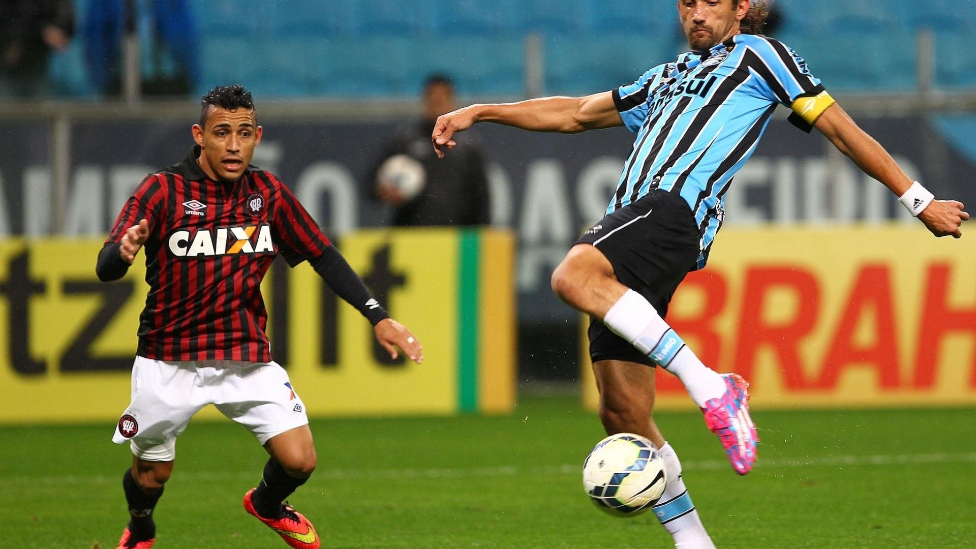 Barcos tenta finalização no jogo entre Grêmio e Atlético-PR pelo Brasileirão