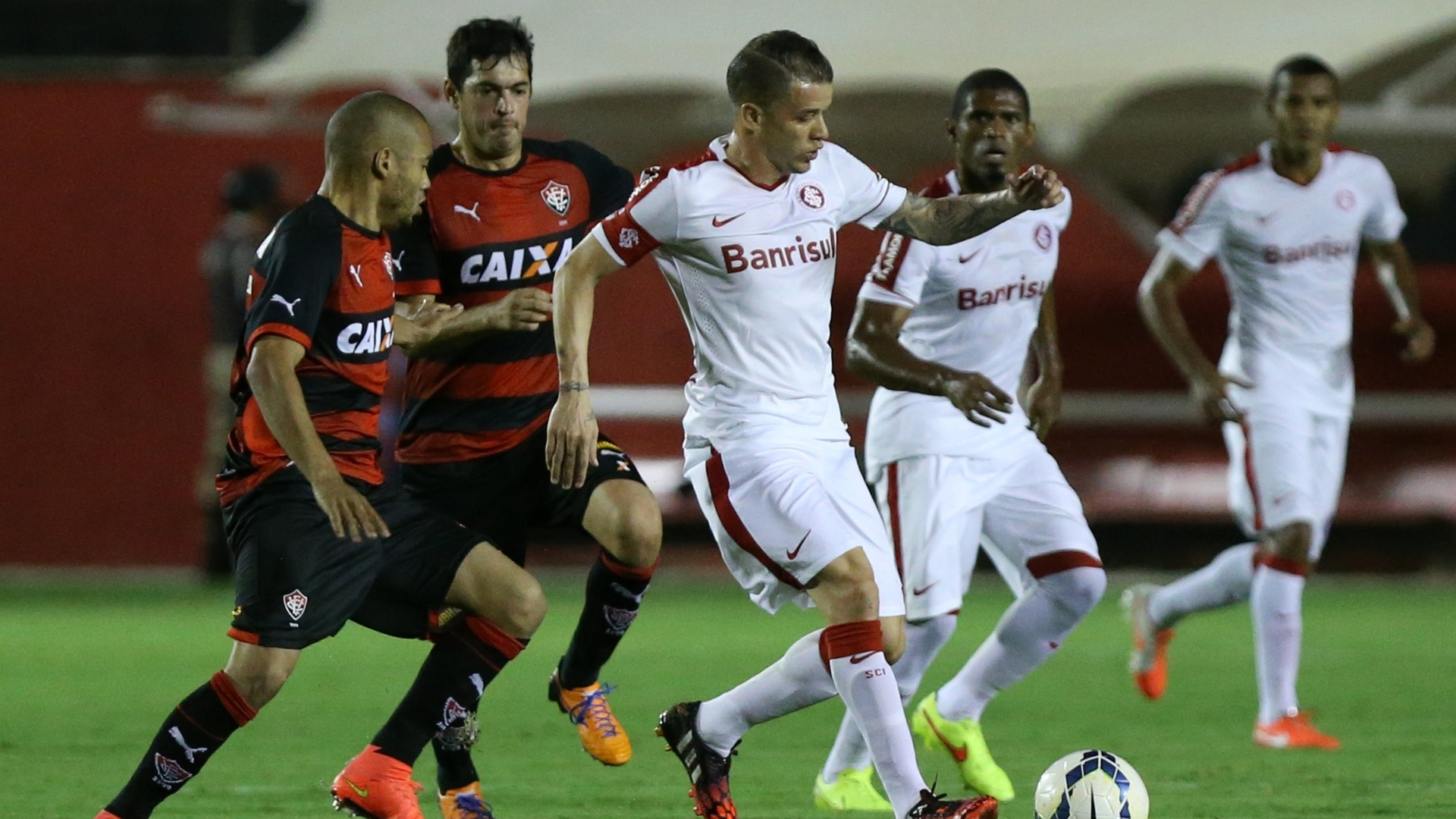 D'Alessandro tenta escapar da marcação do Vitória em jogo pelo Brasileirão