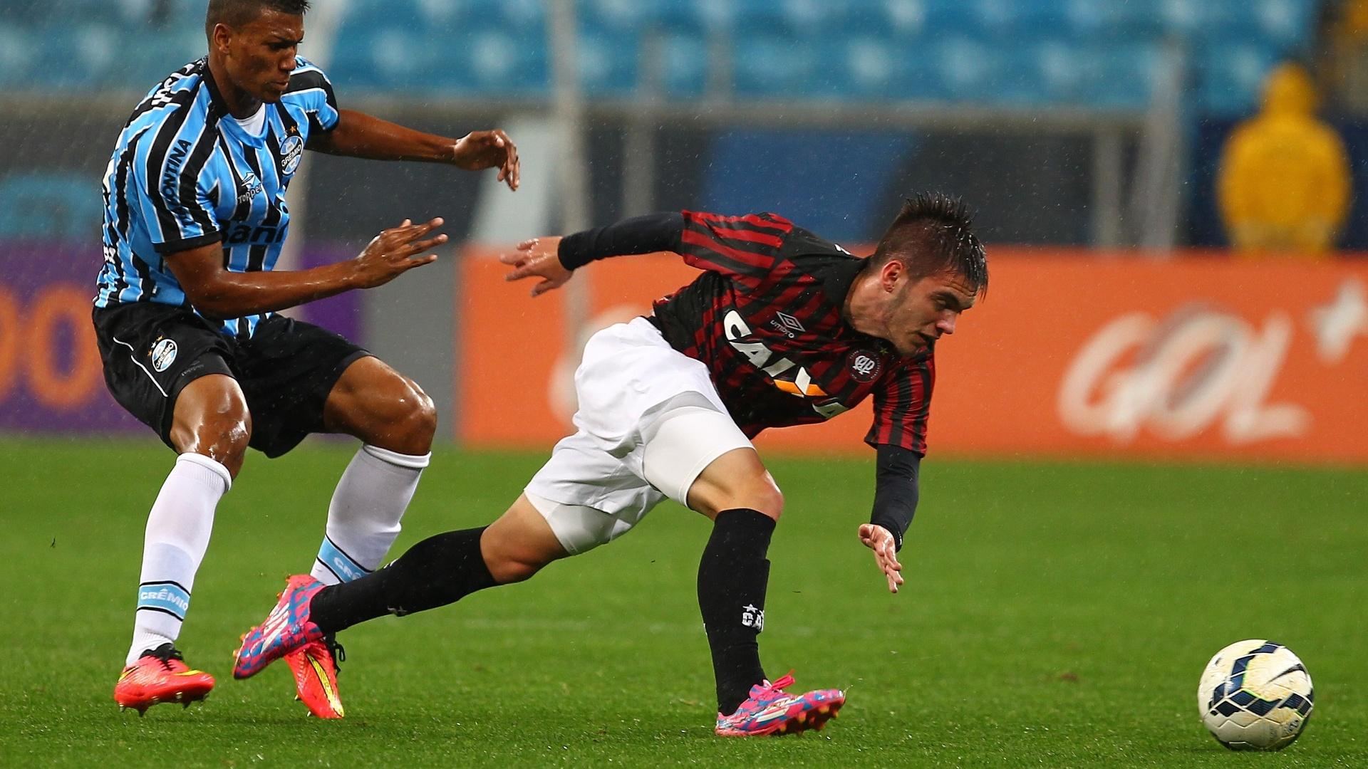 Dellatorre tenta escapar da marcação do Grêmio na partida do Atlético-PR