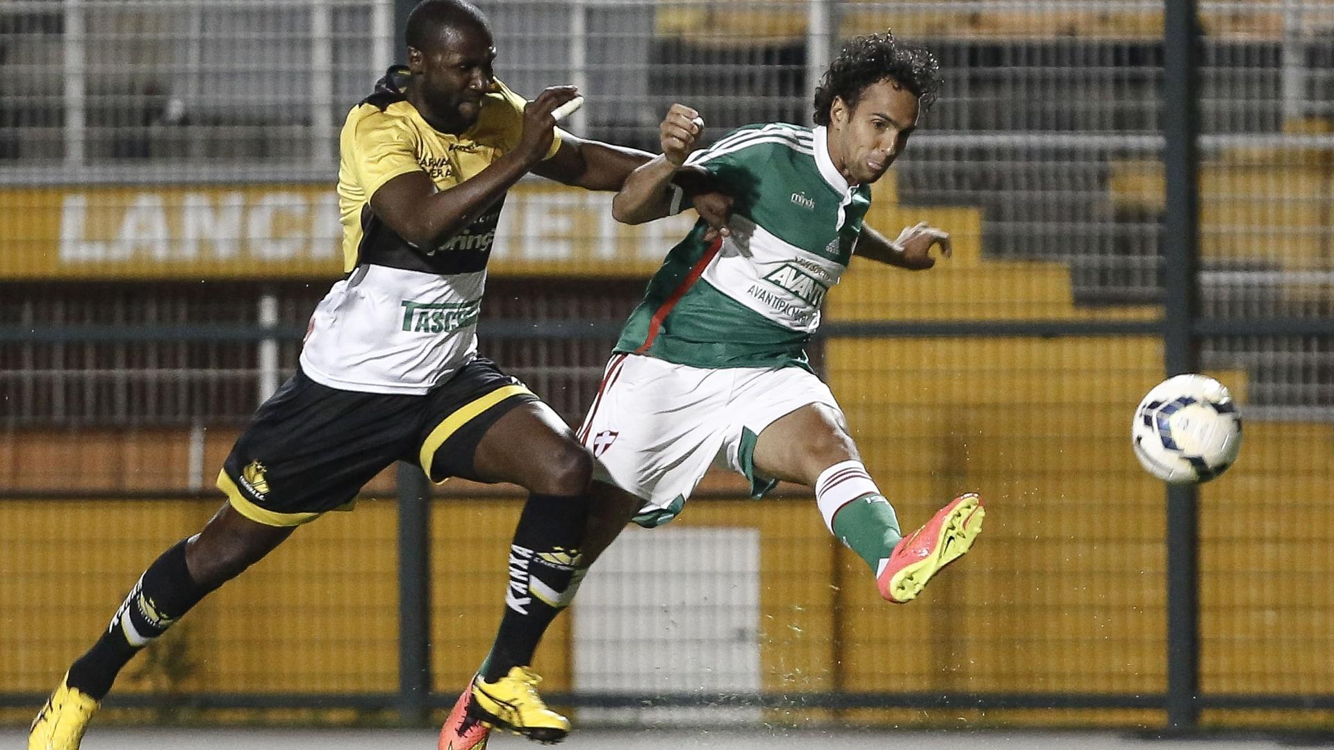 Diogo faz jogada pelo Palmeiras contra o Criciúma pelo Brasileirão