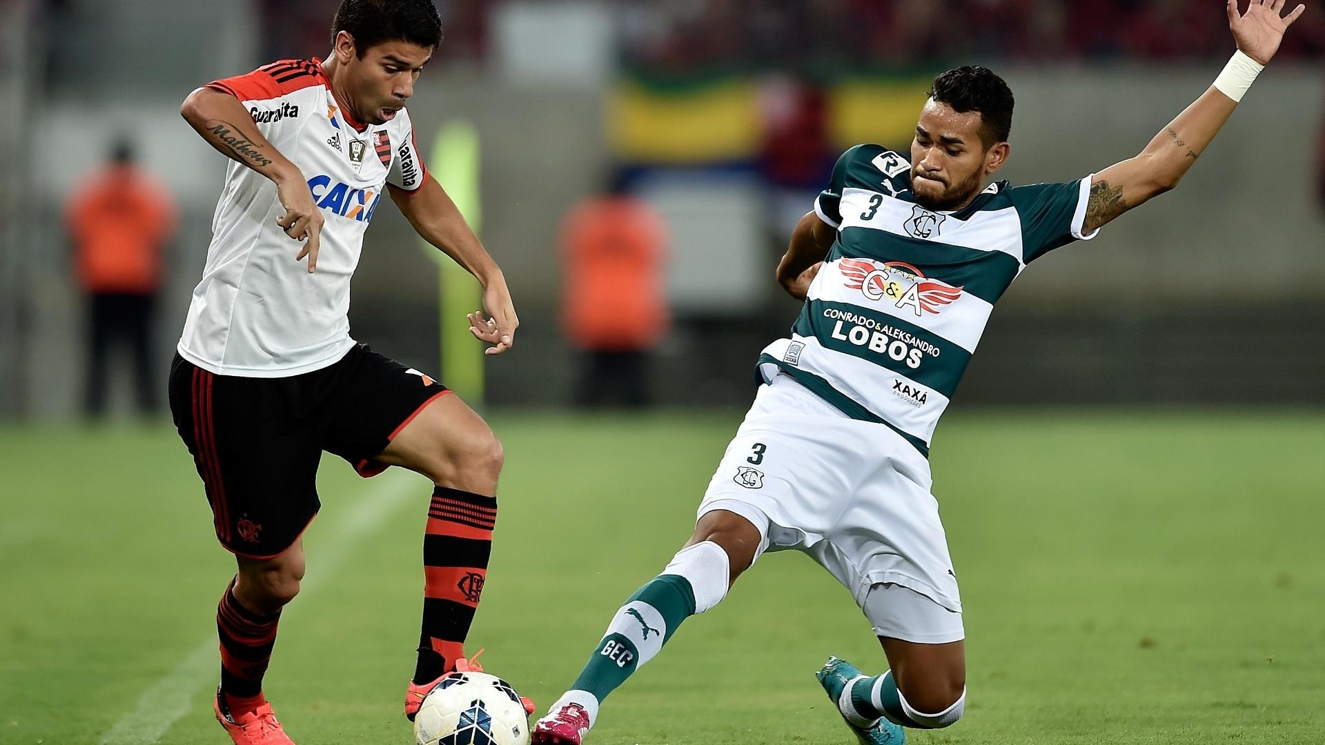 Eduardo da Silva tenta driblar jogador do Goiás na partida do Flamengo pelo Brasileirão
