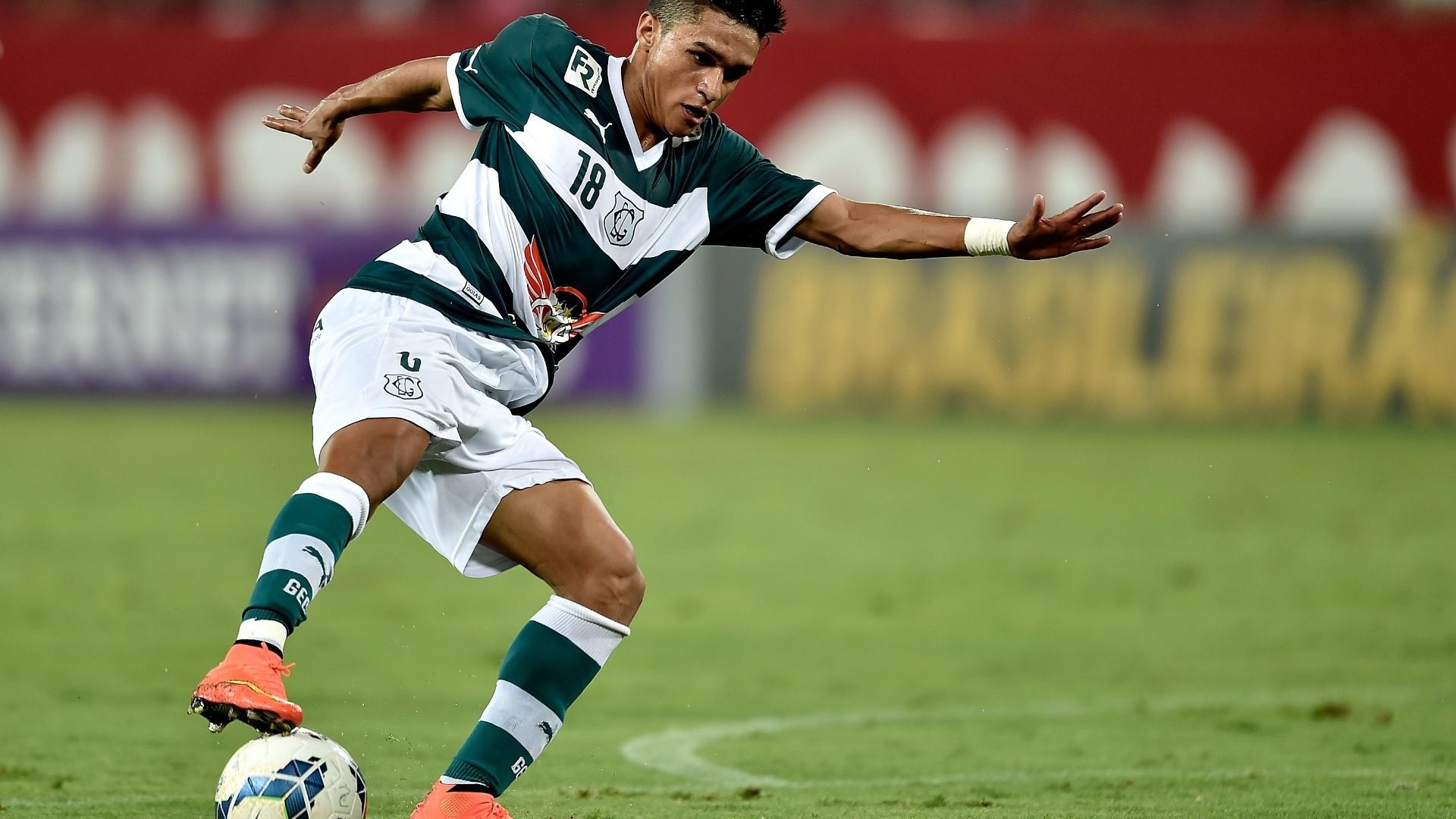 Erik domina a bola na partida entre Goiás e Flamengo pelo Brasileirão