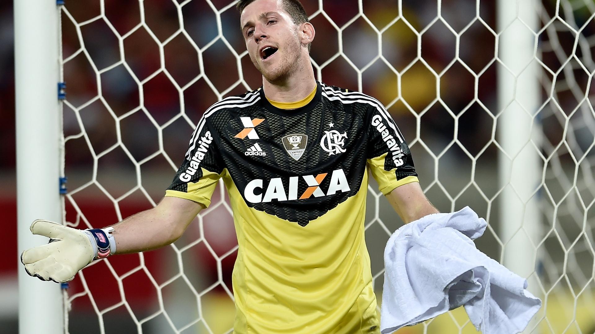 Goleiro Paulo Victor, do Flamengo, reclama em jogo contra o Goiás pelo Brasileirão