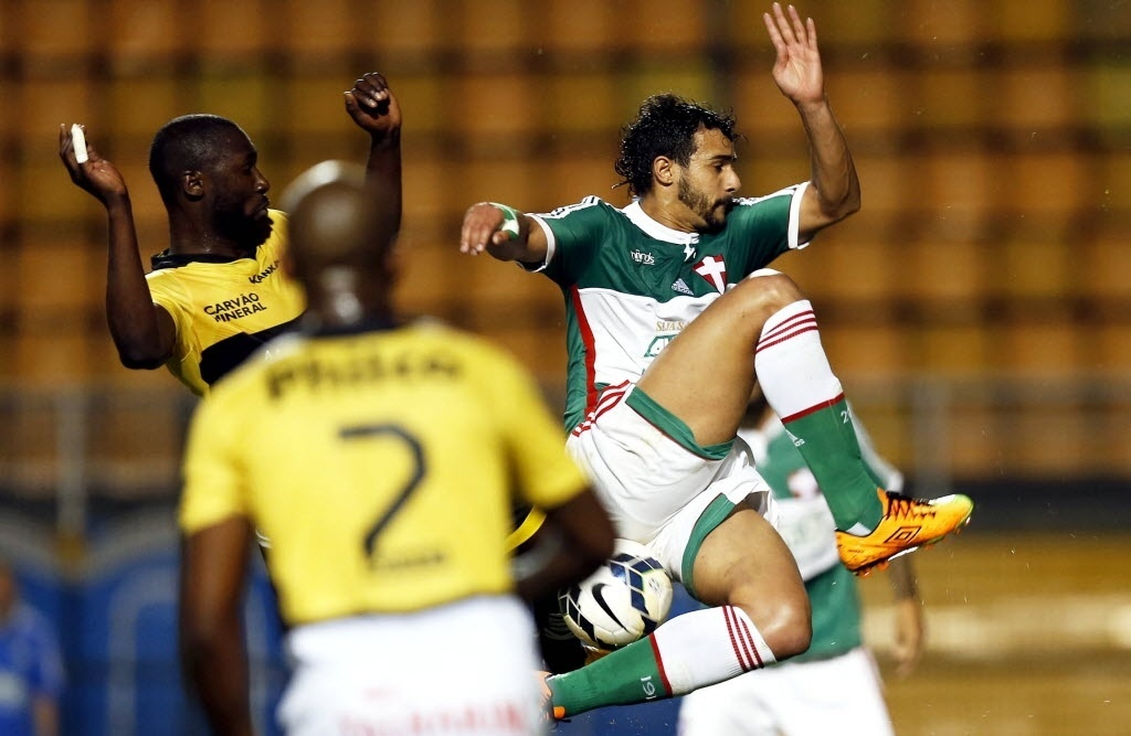 Henrique disputa bola na partida entre Criciúma e Palmeiras pelo Brasileirão