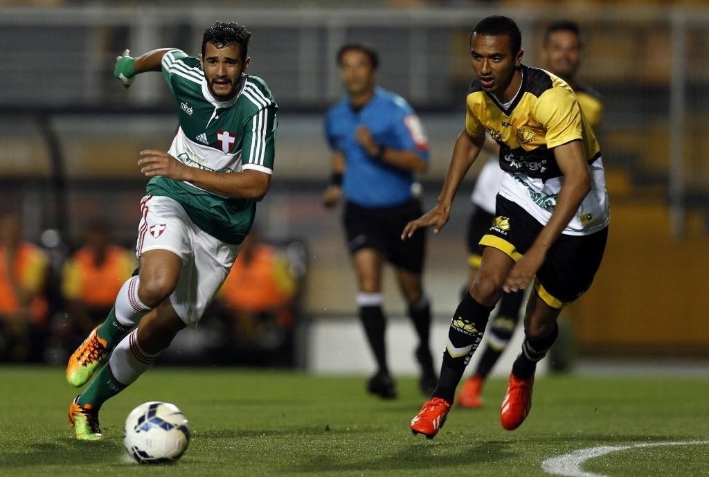 Henrique faz jogada na partida entre Palmeiras e Criciúma pelo Brasileirão
