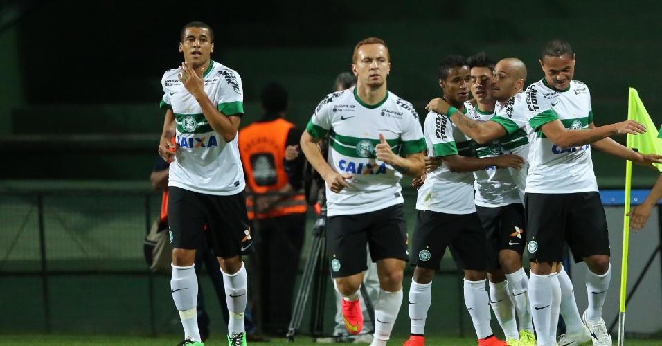 Jogadores do Coritiba comemoram gol contra a Chapecoense pelo Brasileirão