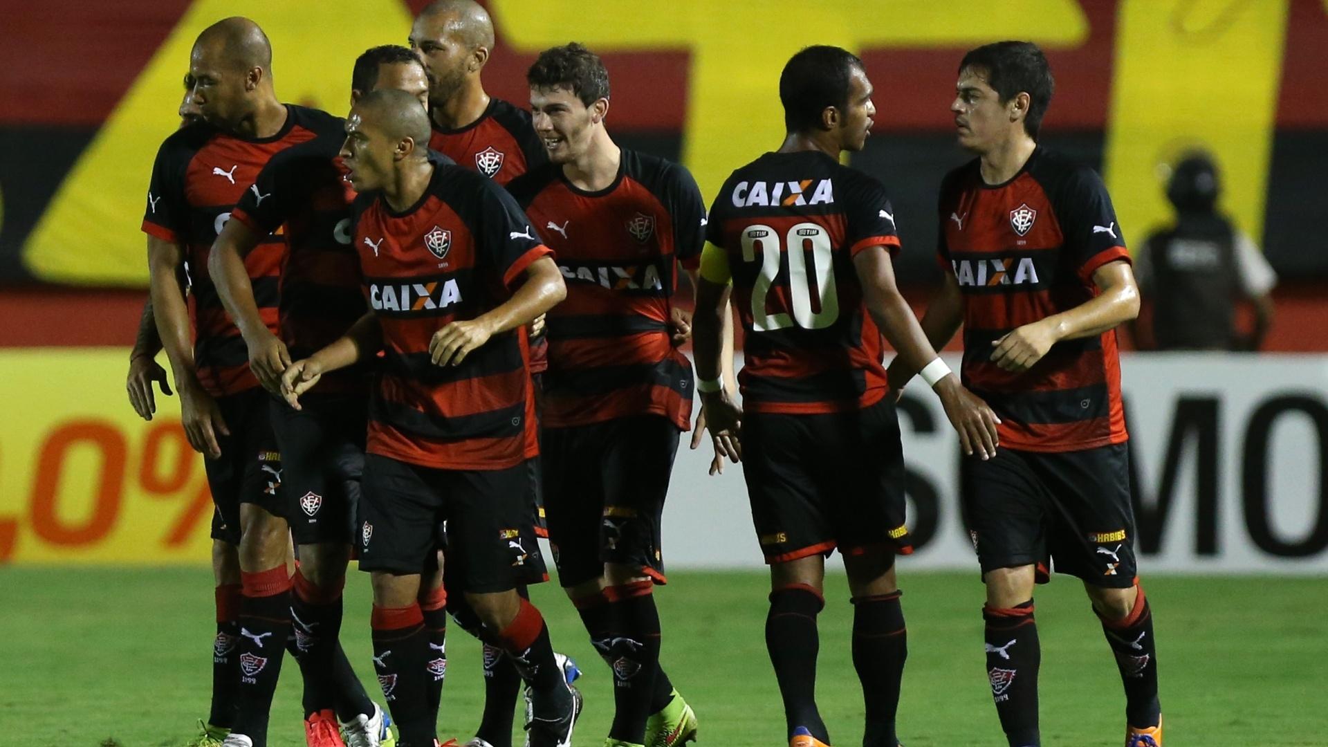 Jogadores do Vitória comemoram gol contra o Inter pelo Brasileirão