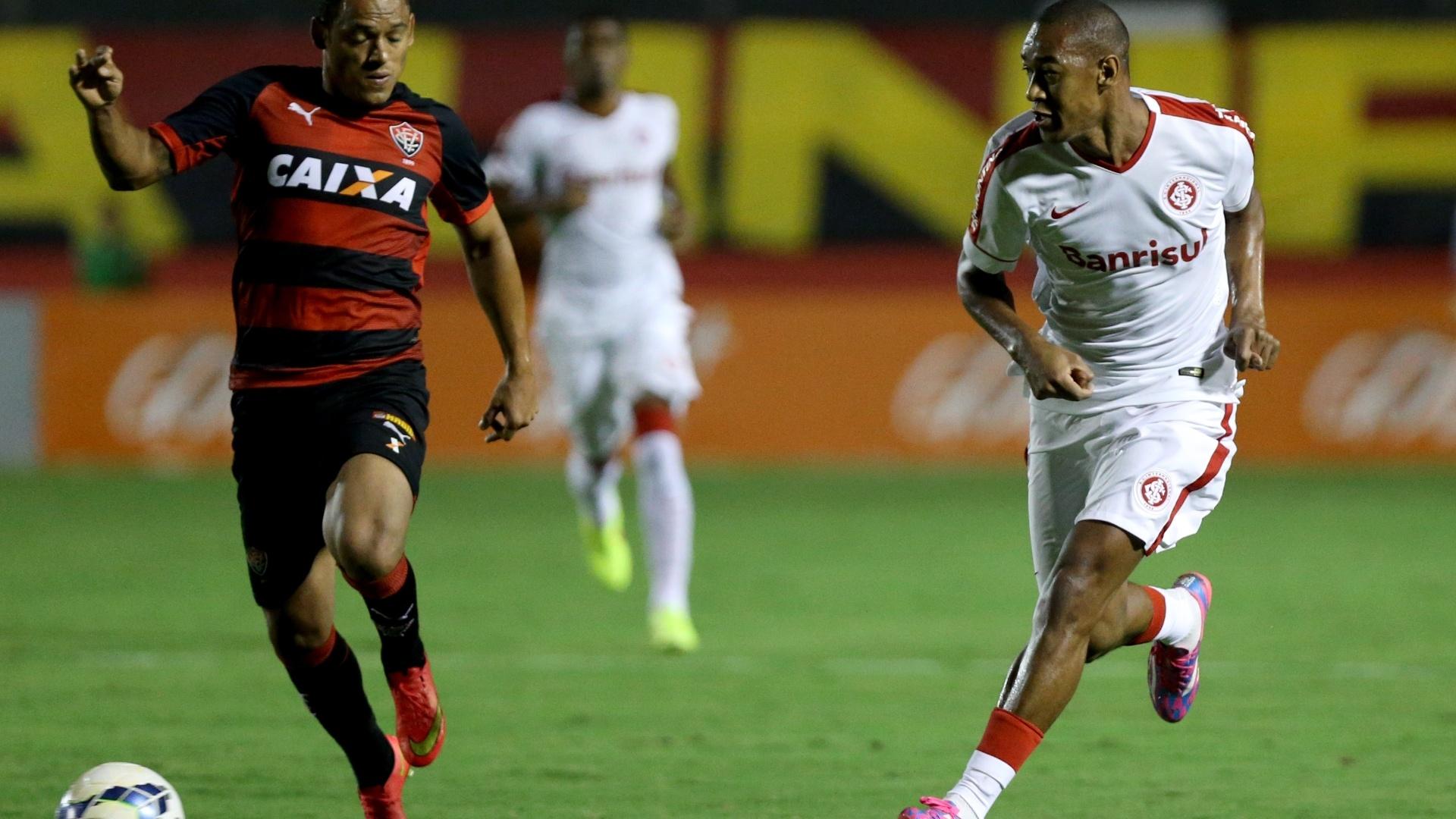 Marcinho e Fabrício disputam bola na partida entre Inter e Vitória pelo Brasileirão