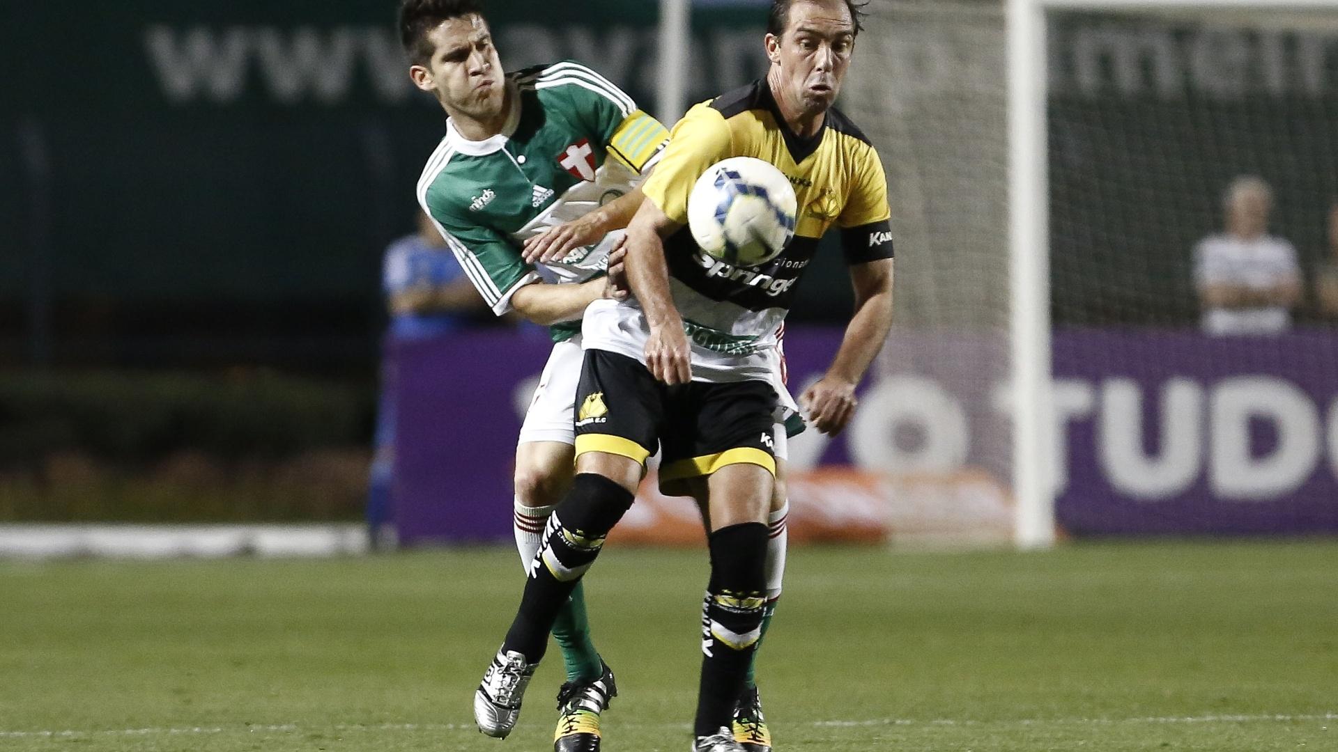 Paulo Baier domina a bola na partida entre Criciúma e Palmeiras pelo Brasileirão