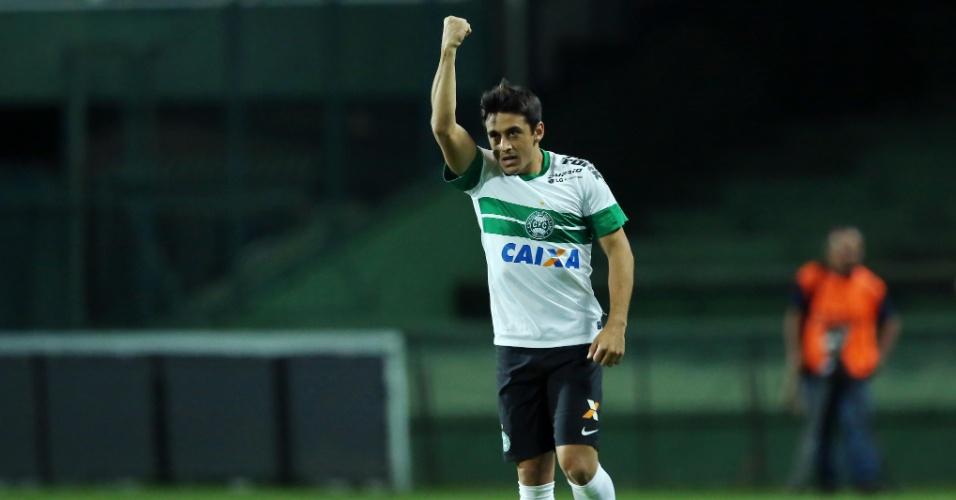 Robinho comemora gol do Coritiba contra a Chapecoense pelo Brasileirão