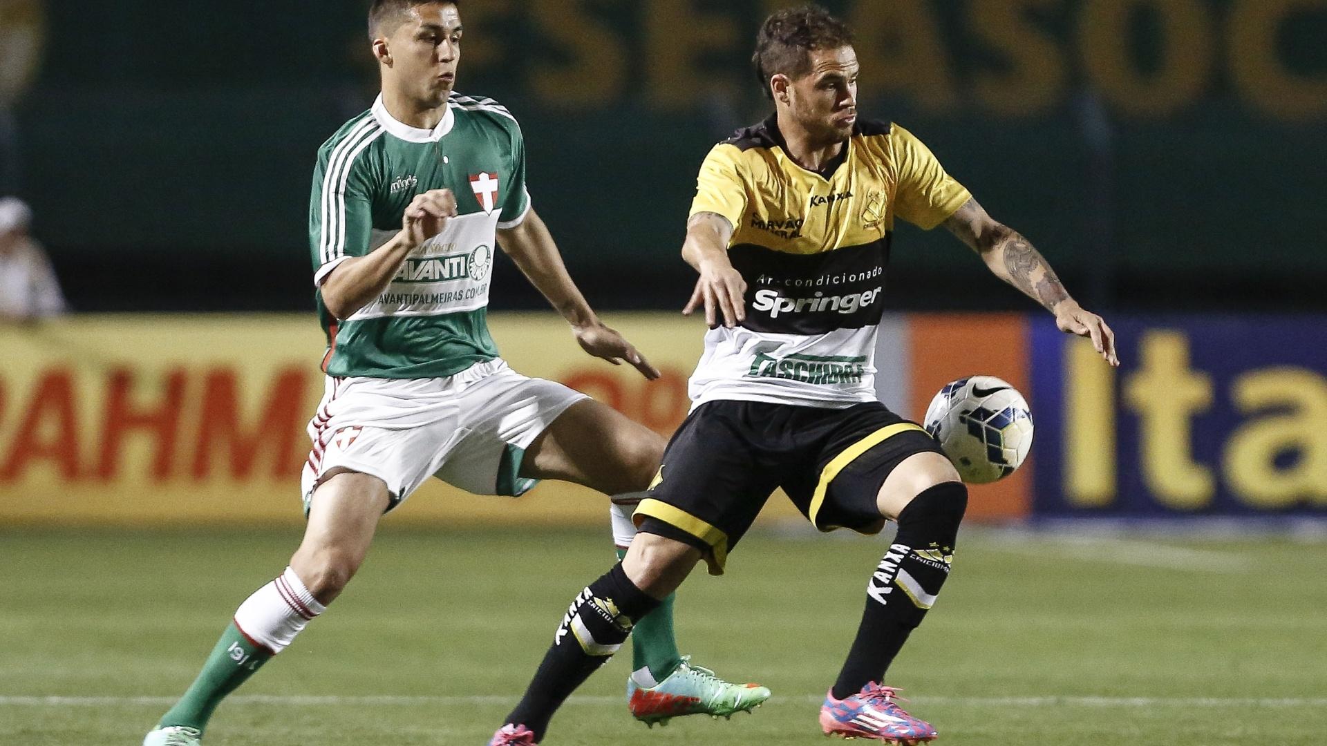 Tobio tenta evitar jogada de Silvinho na partida entre Palmeiras e Criciúma pelo Brasileirão