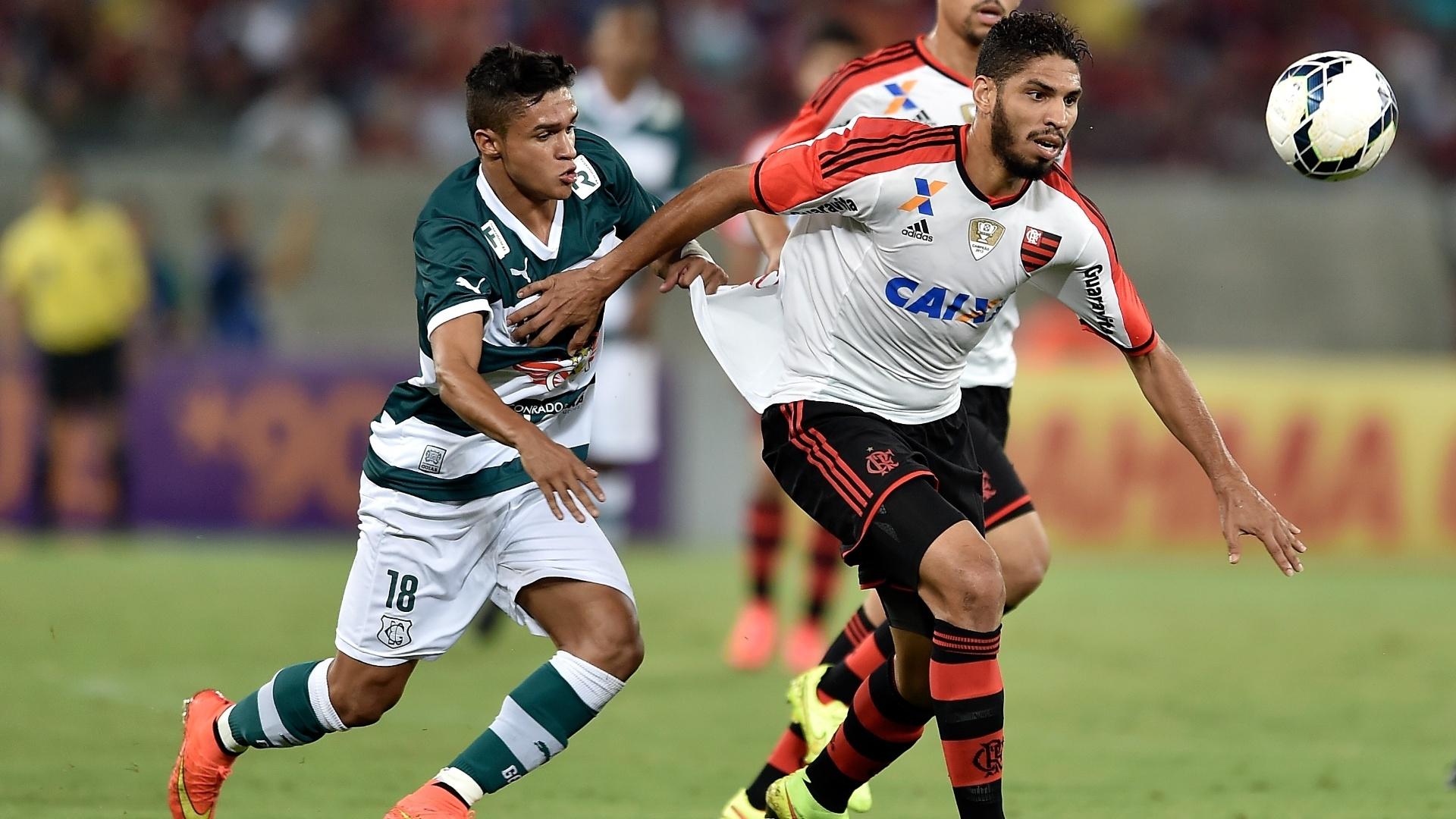 Wallace tenta sair jogando para o Flamengo contra o Goiás pelo Brasileirão