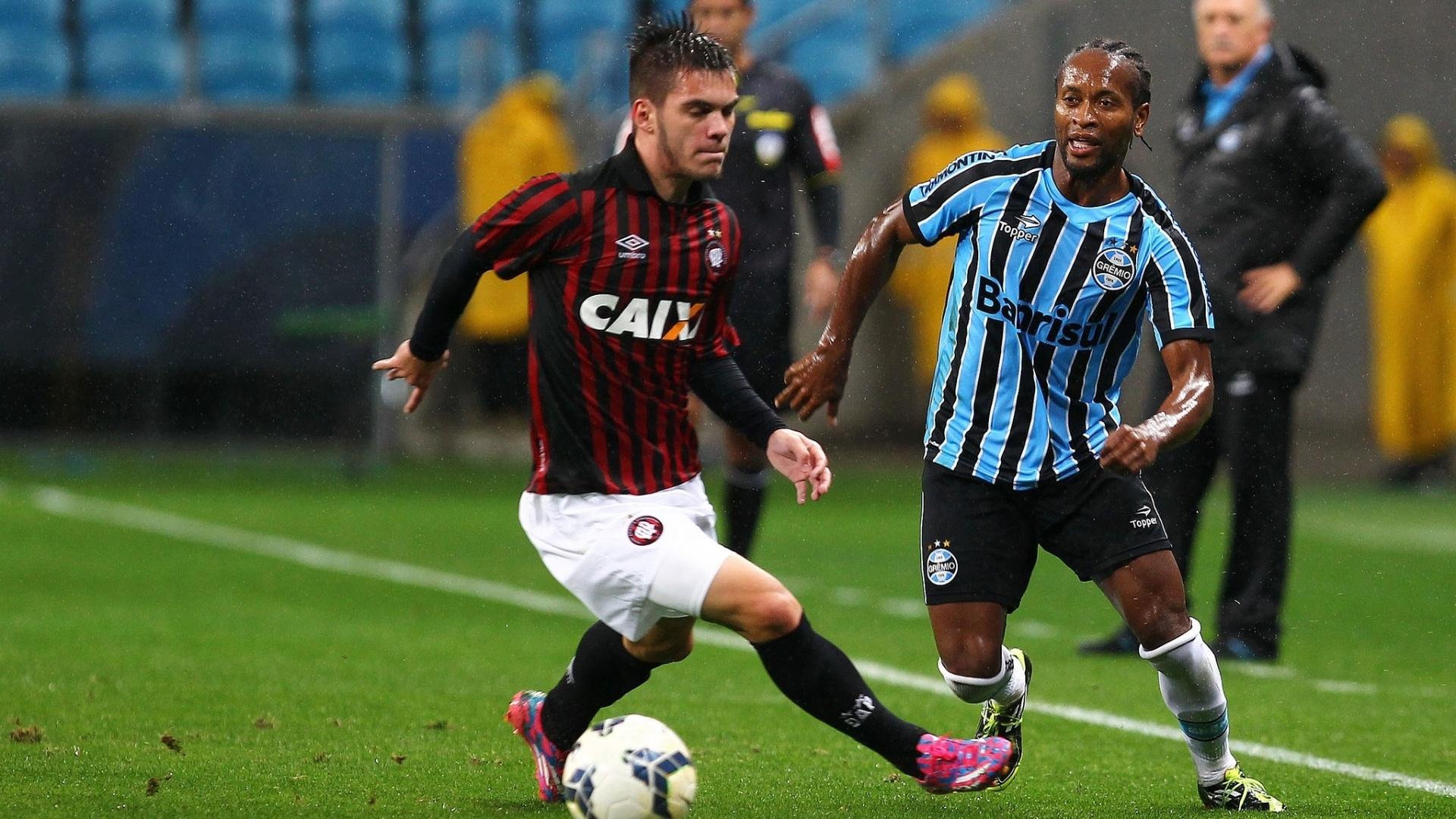 Zé Roberto encara a marcação do Atlético-PR em jogo do Grêmio pelo Brasileirão