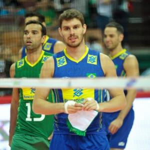 8d4f78076f Craque do Brasil no Mundial de vôlei usa tênis de basquete para ...
