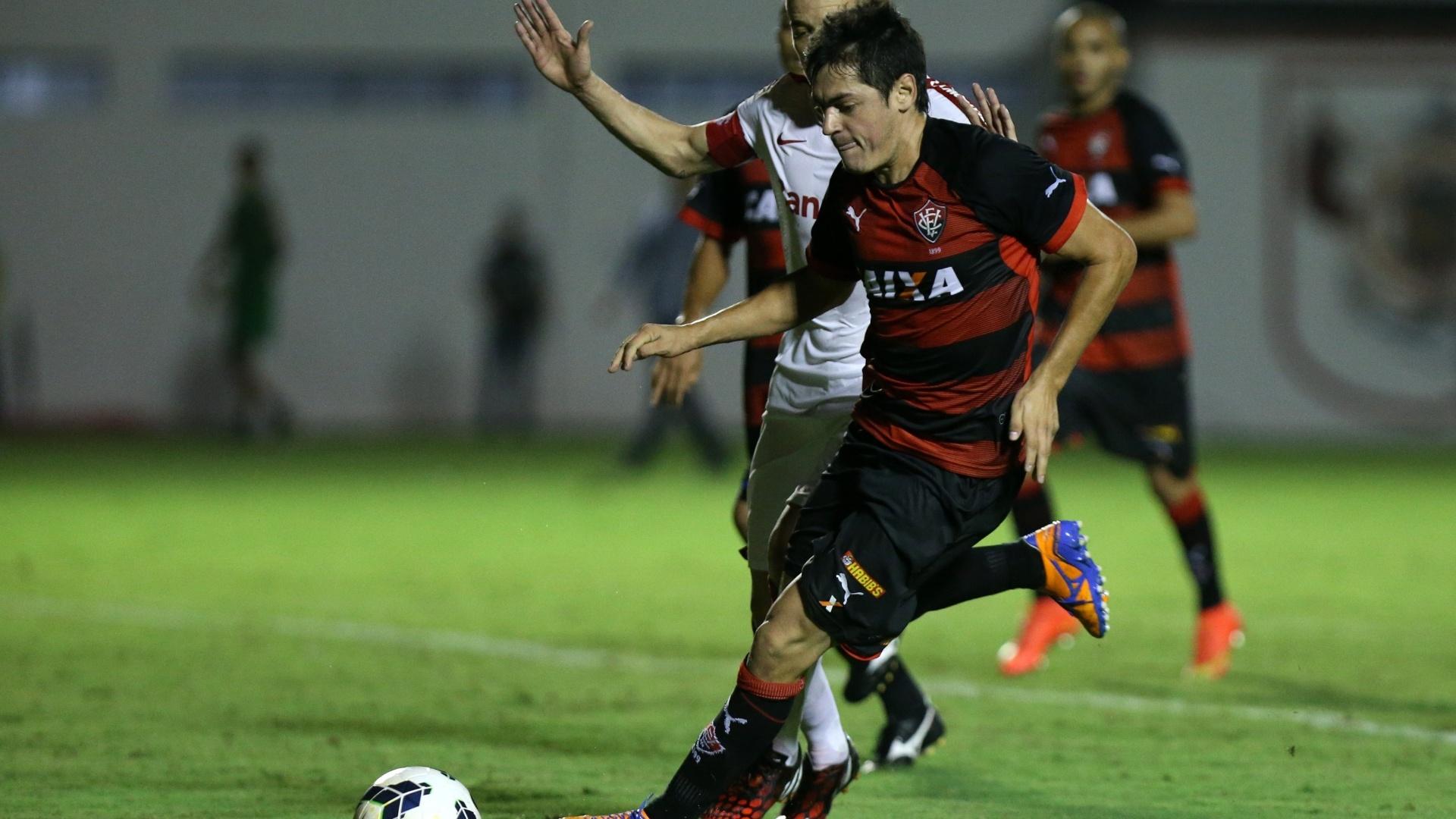 Caceres faz jogada pelo Vitória contra o Inter pelo Brasileirão