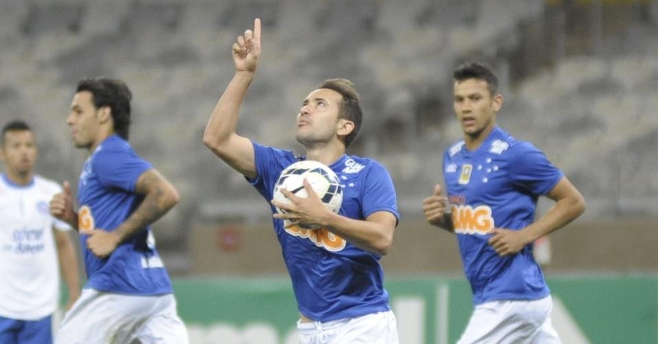 Éverton Ribeiro comemora seu gol de pênalti, o de empate do Cruzeiro com o Bahia