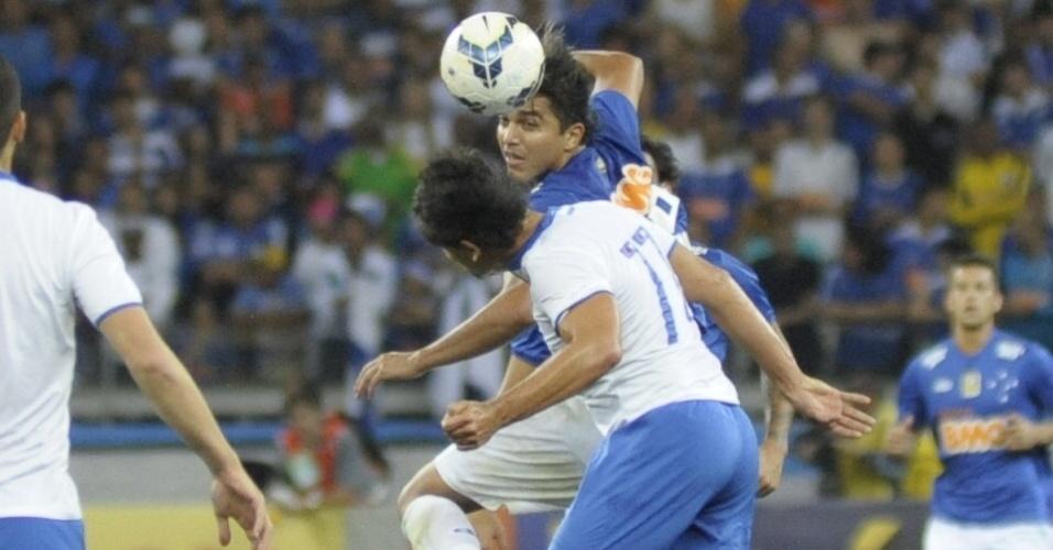Fahel, do Bahia, e Marcelo Moreno, do Cruzeiro, disputam bola aérea no Mineirão