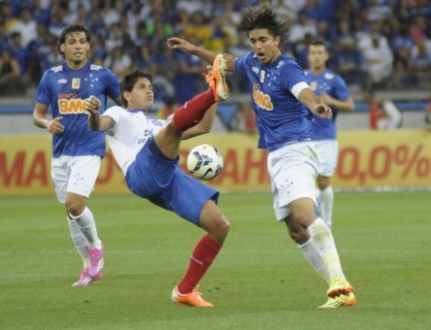 Fahel, do Bahia, e Marcelo Moreno, do Cruzeiro, disputam bola no Mineirão
