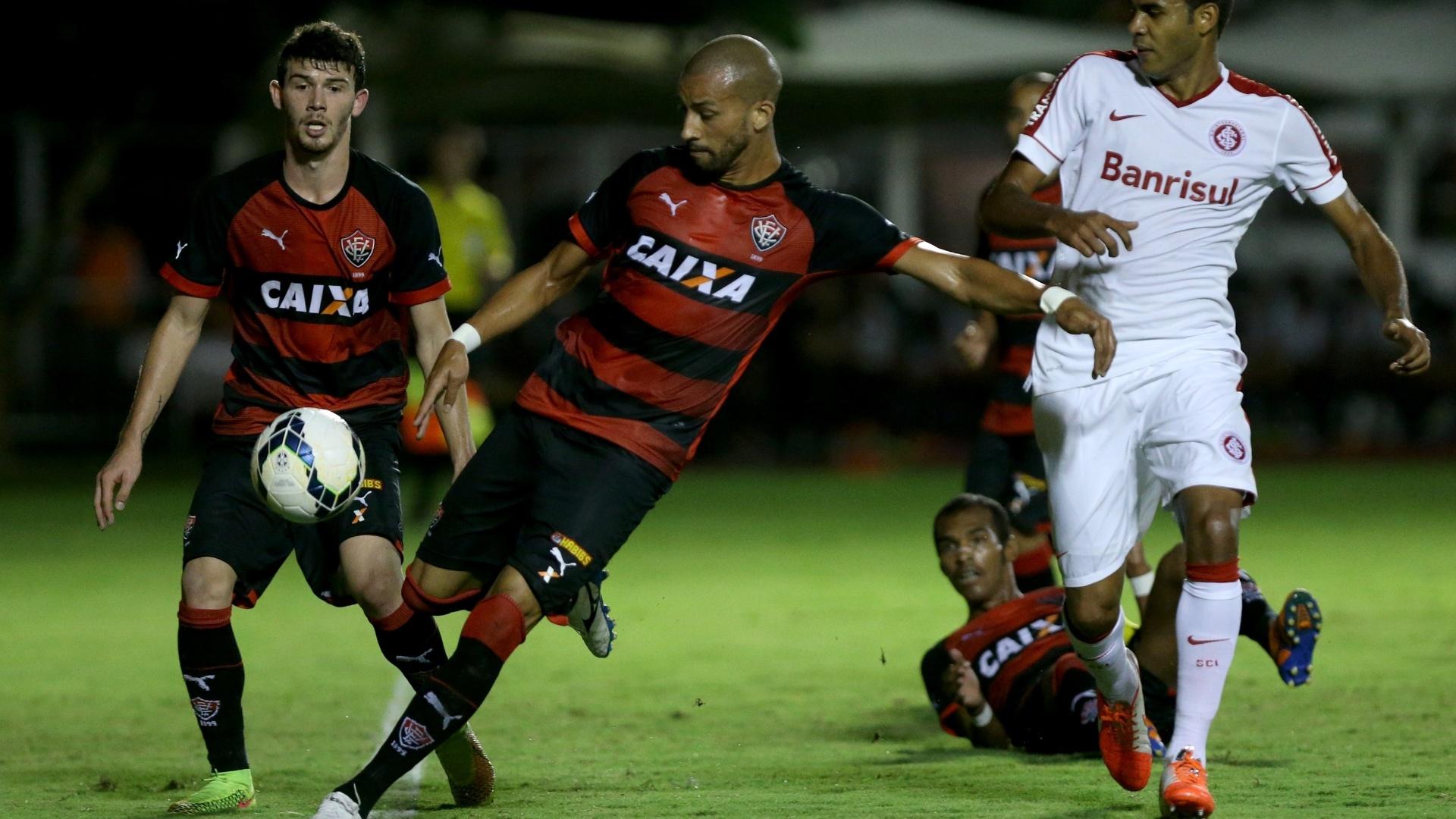 Kadu tenta finalizar na partida entre Vitória e Inter pelo Brasileirão
